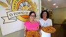 Mónica y Rocío Otín en su panadería mostrando sus empanadas premiadas