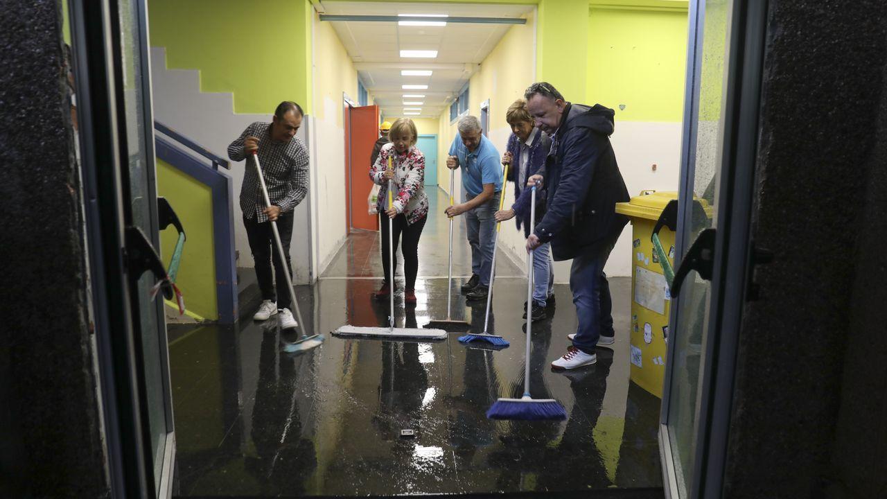 Una inundación obliga a suspender las clases en el IES de Arzúa