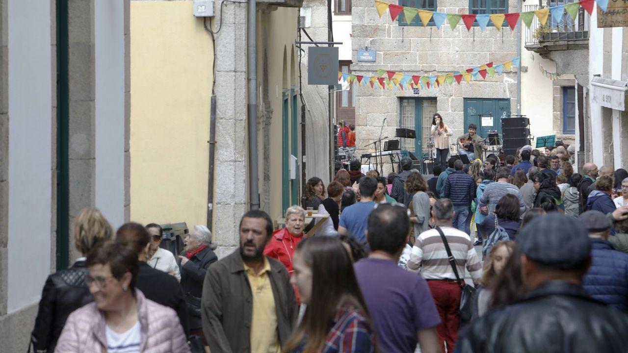 ÁLBUM: Así celebró el Paradela su ascenso.Primera fiesta del barrio de A Tinería