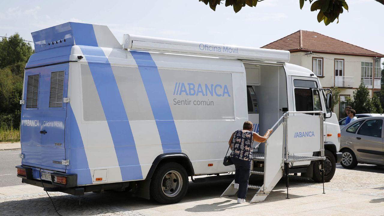 Ya hay 42 ayuntamientos gallegos que no tienen oficinas bancarias; las unidades móviles tratan de paliar esa carencia