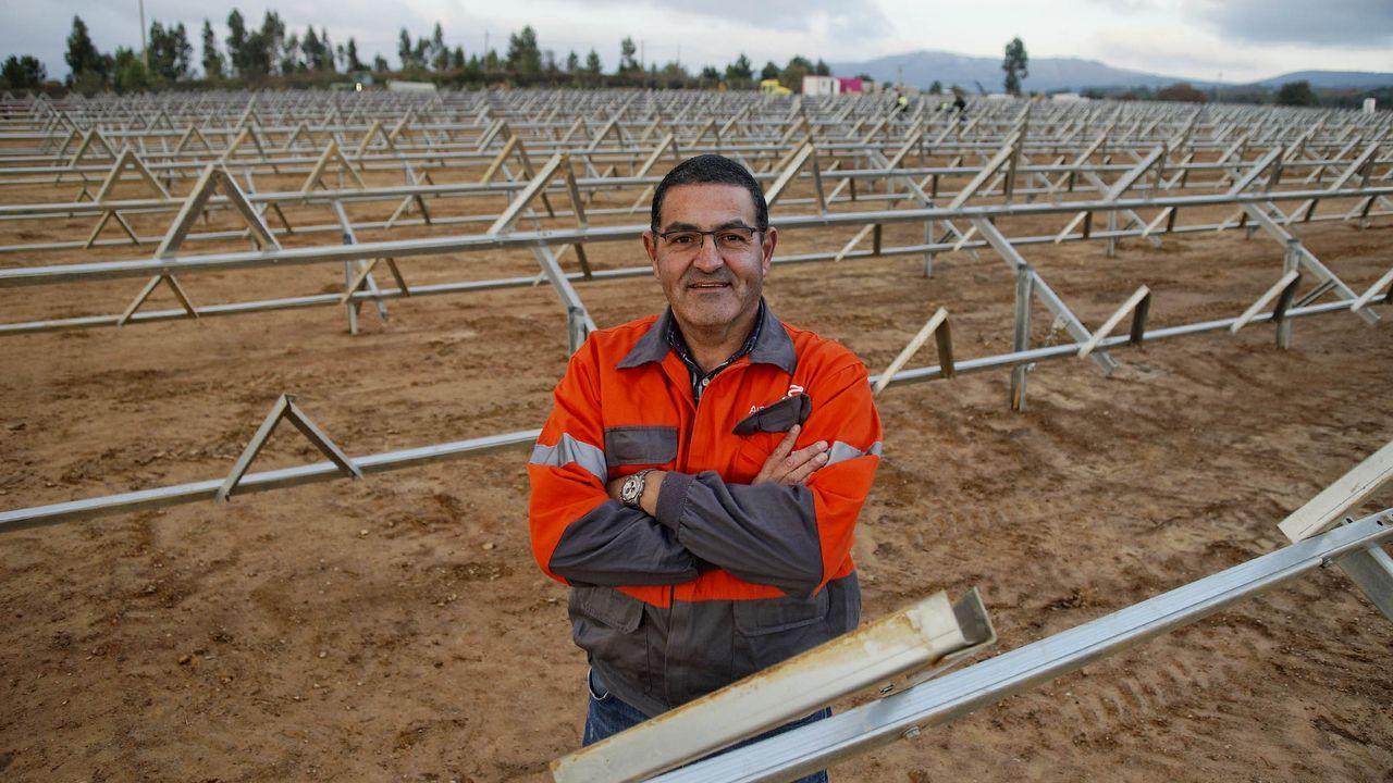 Fernando Pereira, socio de la empresa Raiola Future, durante el montaje de la planta solar en Vilardevós