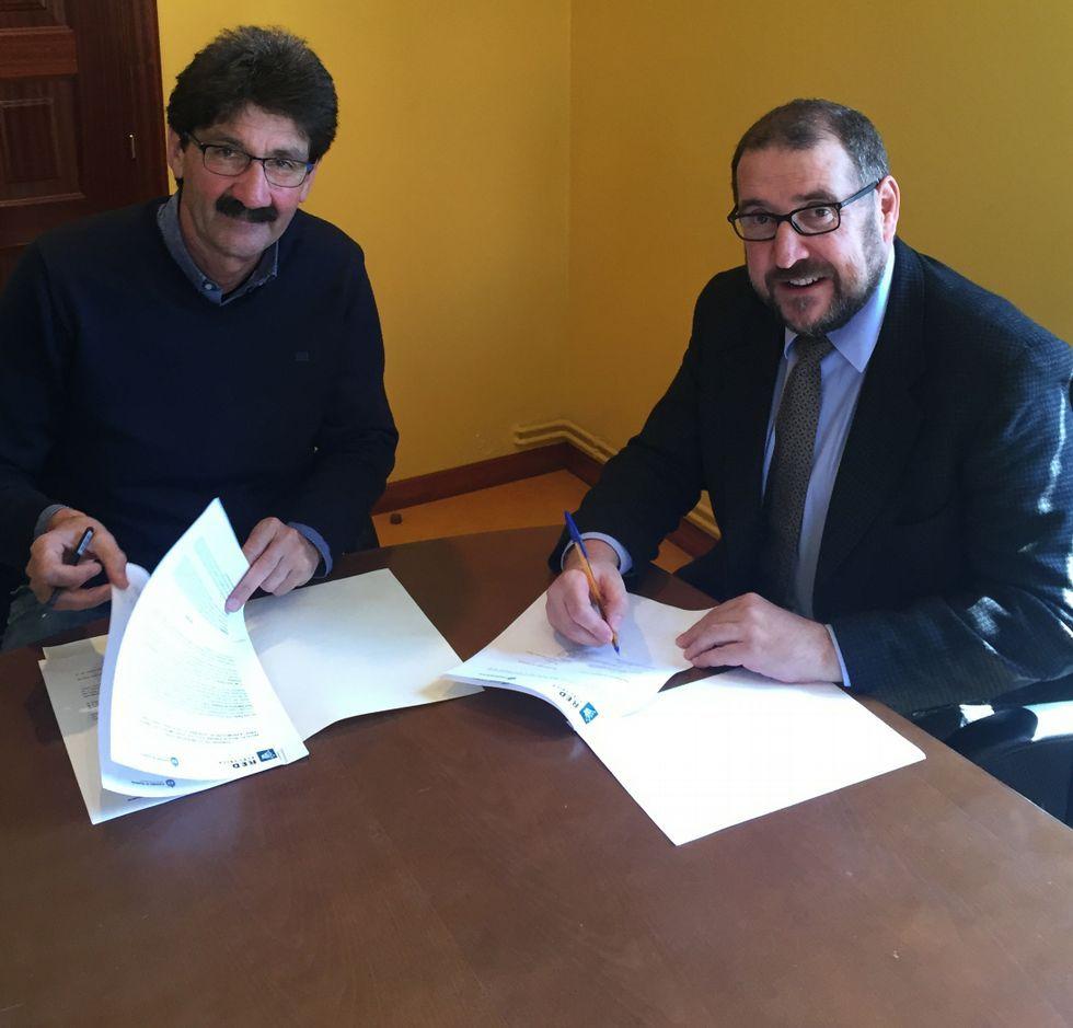 José Manuel Pequeño y Carlos González firmaron el acuerdo.