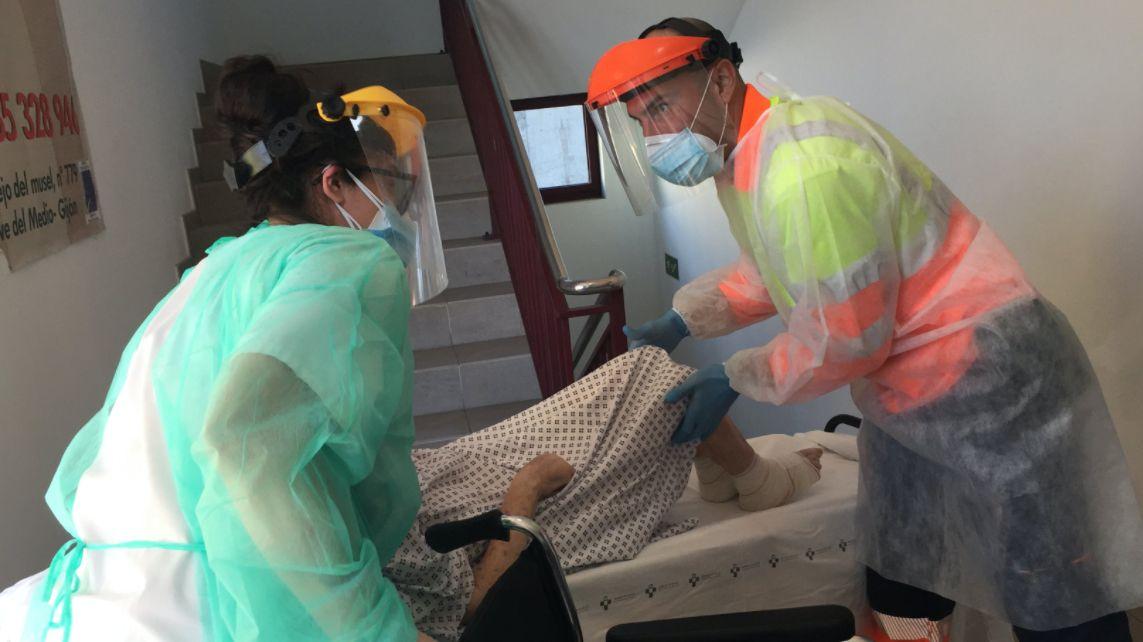 Retiran la ballena varada en Tapia.Pablo C.R, el técnico de ambulancia que falleció en Gijón