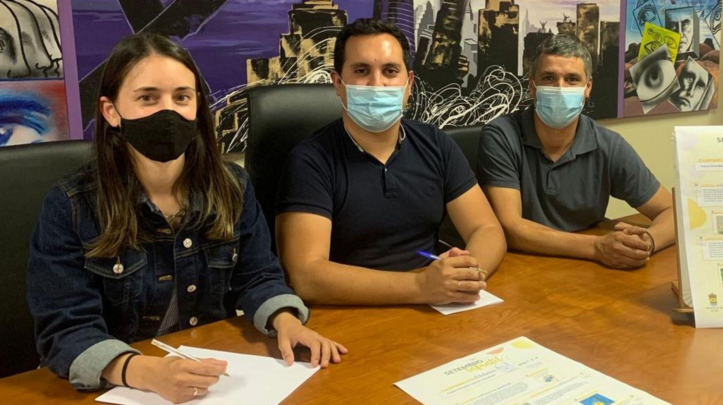 El jefe del Servicio de Vigilancia Epidemiológica, Ismael Huerta, y la responsable de Vacunas de la Dirección General de Salud Pública, Marta Huerta, recogen las primeras dosis