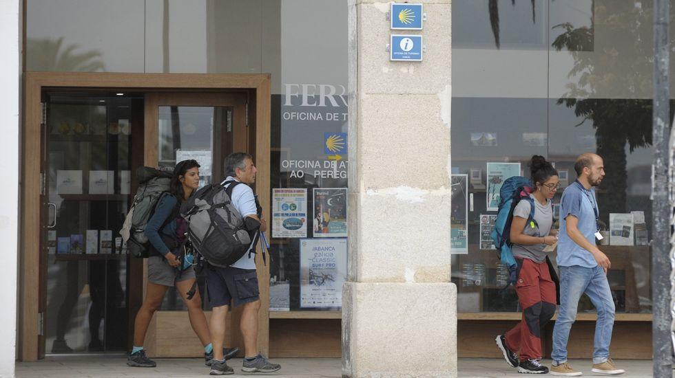 José María Rosell, portavoz del Grupo de Inmatriculaciones Asturias, atiende a los medios delante de la fuente de La Foncalada