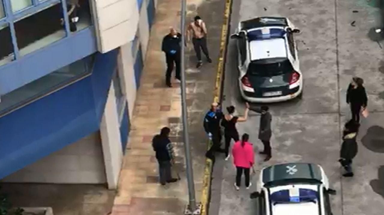 La Policía Local de Sarria sugiere devolver al monte a un perro rescatado por un conductor.Miembros de la UME desinfectando la pasada semana la residencia de As Gándaras