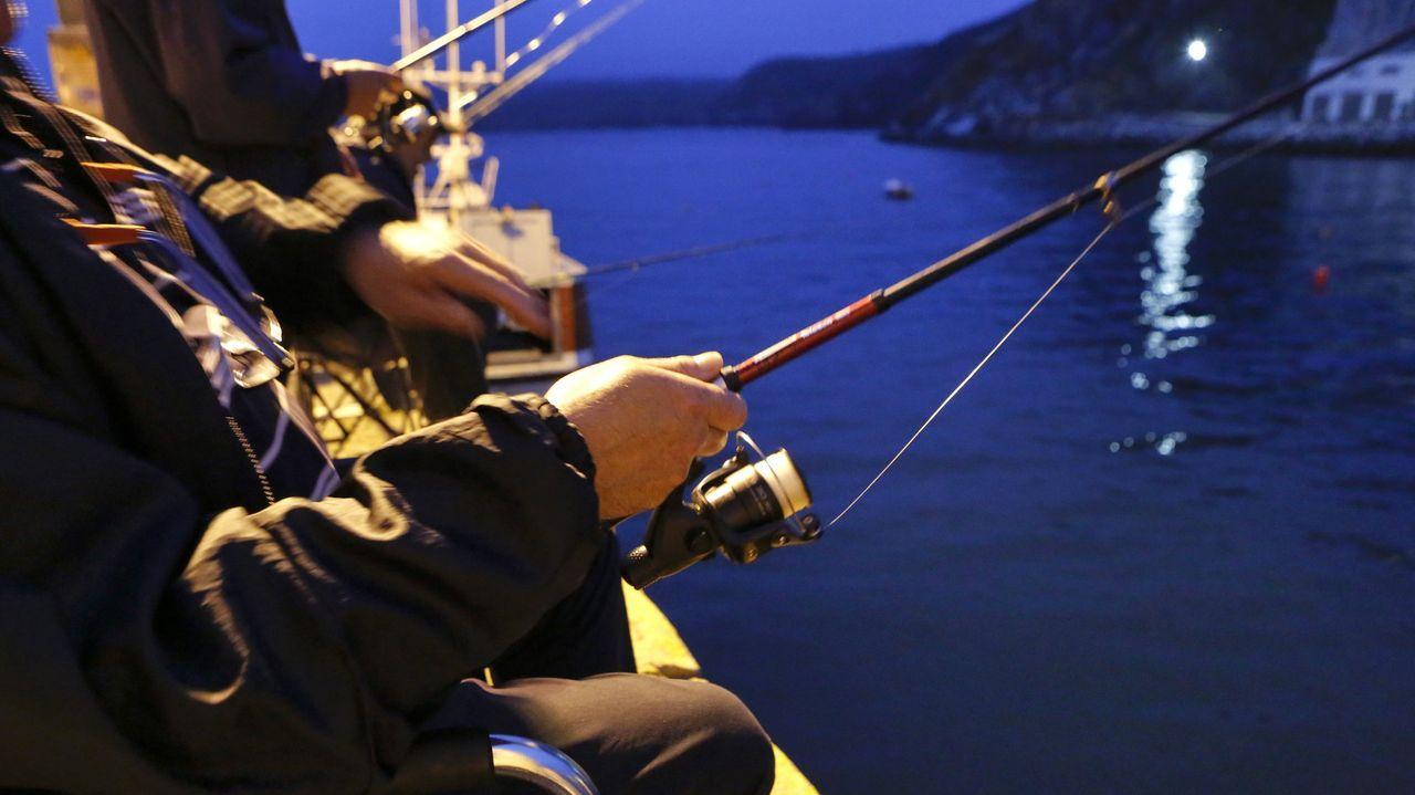 puente.Un pescador recreativo practicando su afición desde un muelle gallego, en una imagen de archivo