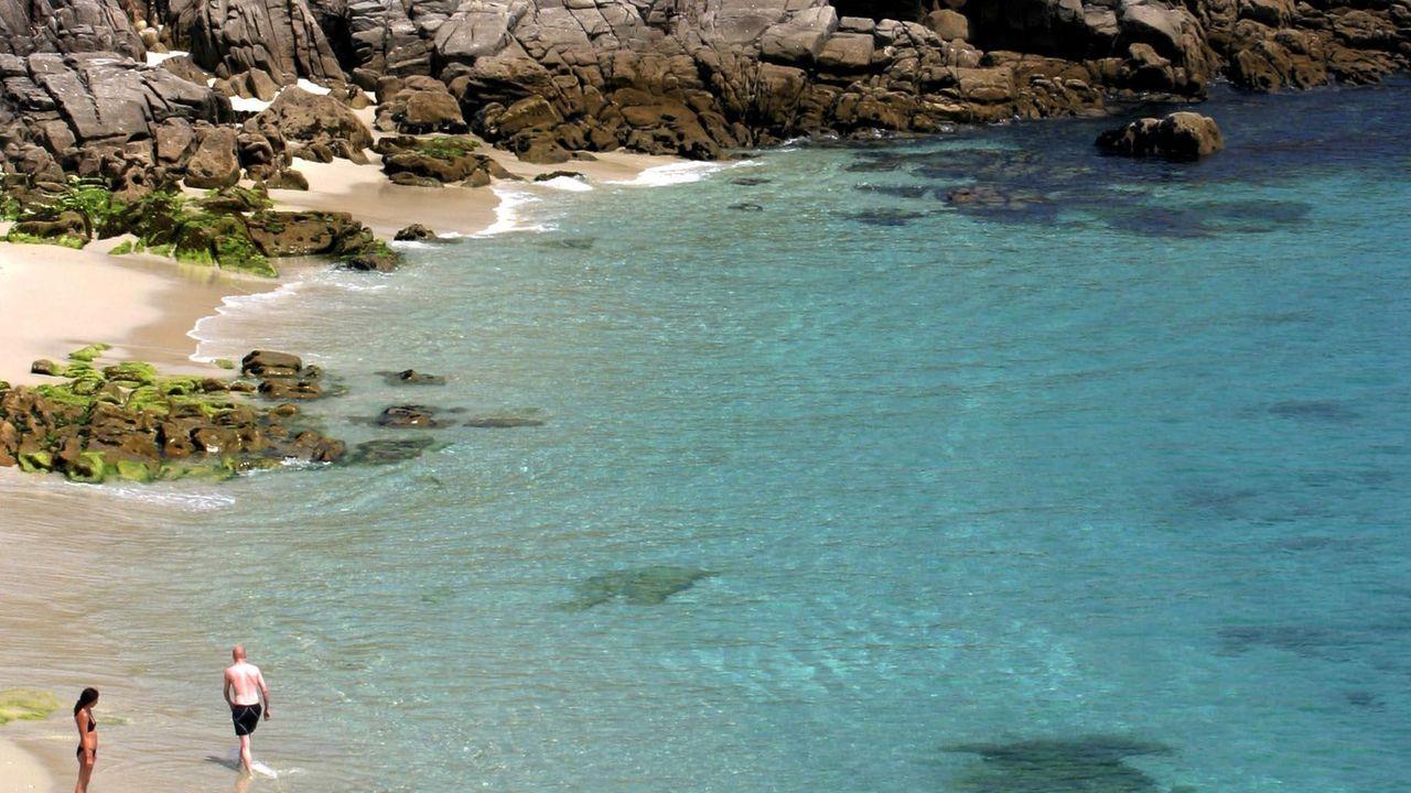ILLAS CÍES, «TODO UN PARAÍSO». Así las definen: «A un corto trayecto en barco desde Vigo, son un paraíso para los excursionistas y observadores de aves, pero la mayoría de la gente viene por la playa de Rodas, una media luna de fina arena blanca enmarcada por pinos». Rodas ya fue calificada por «The Guardian» como la mejor playa del mundo