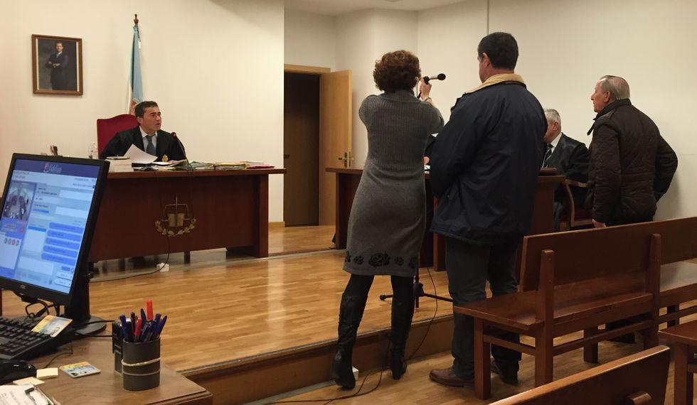 Los dos acusados antes de iniciar su declaración ayer en el juicio.