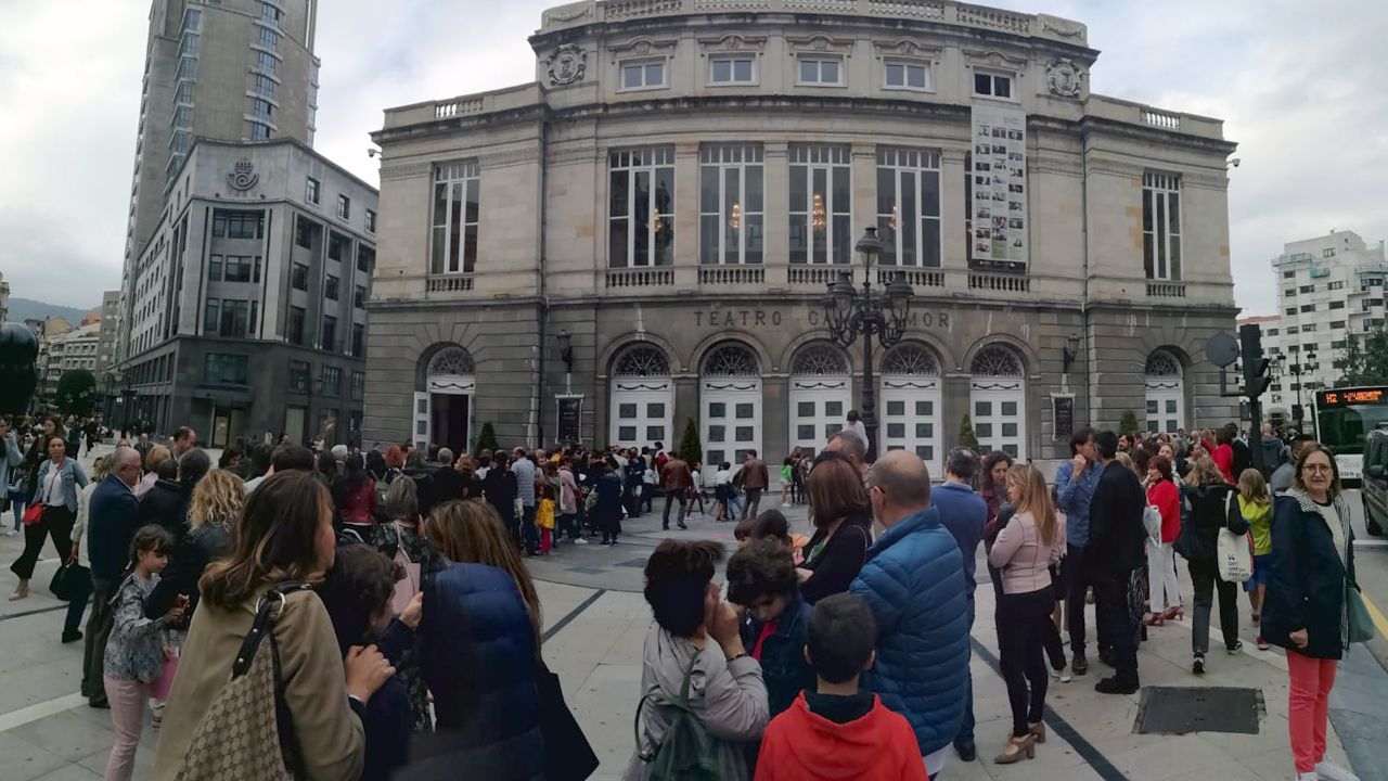 Colas delante del Campoamor para participar en las actividades de la Noche Blanca de Oviedo