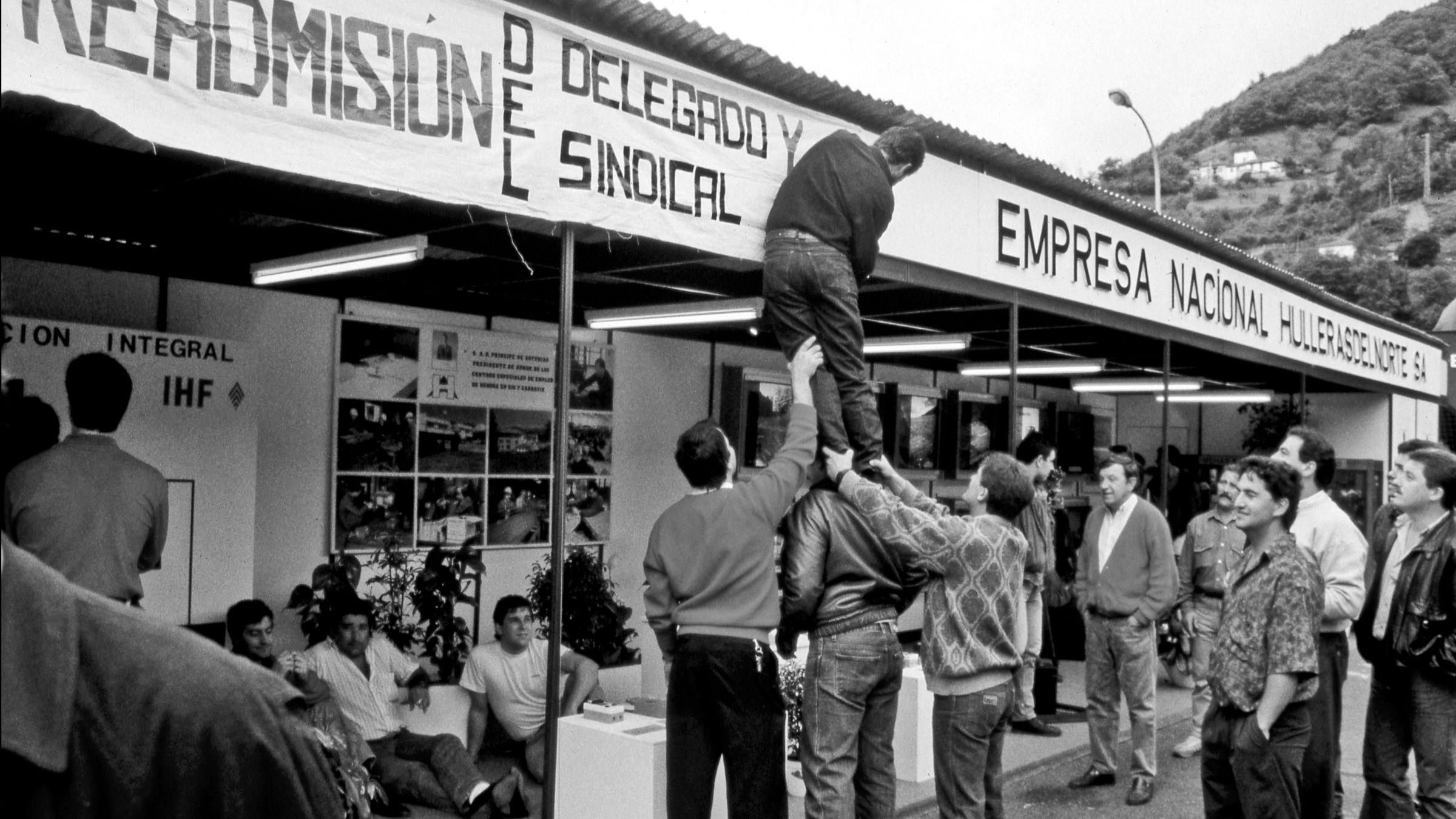 Protesta minera durante la inaguracion de la feria industrial de Mieres, por el despido de un delegado sindical. Mieres. Asturias 1990