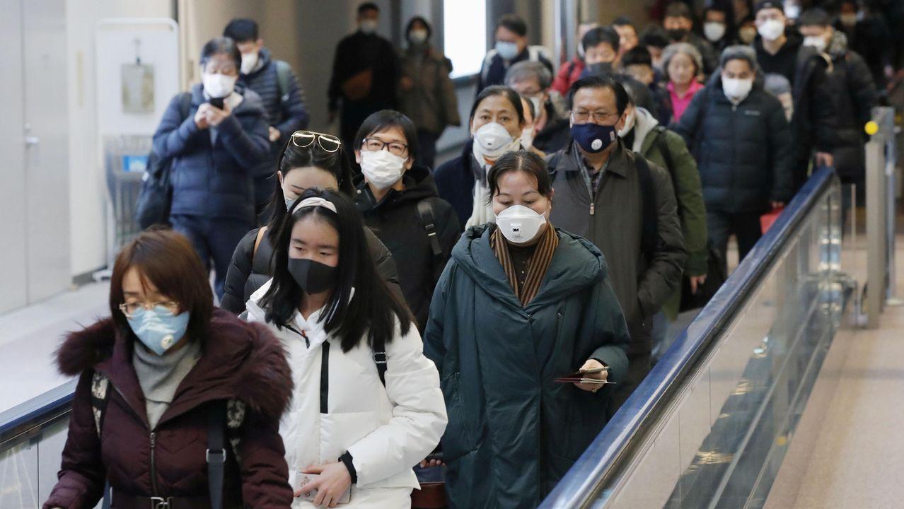 Llegada de pasajeros de la ciudad china de Wuhan  al aeropuerto de Narita en Chiba, Japón