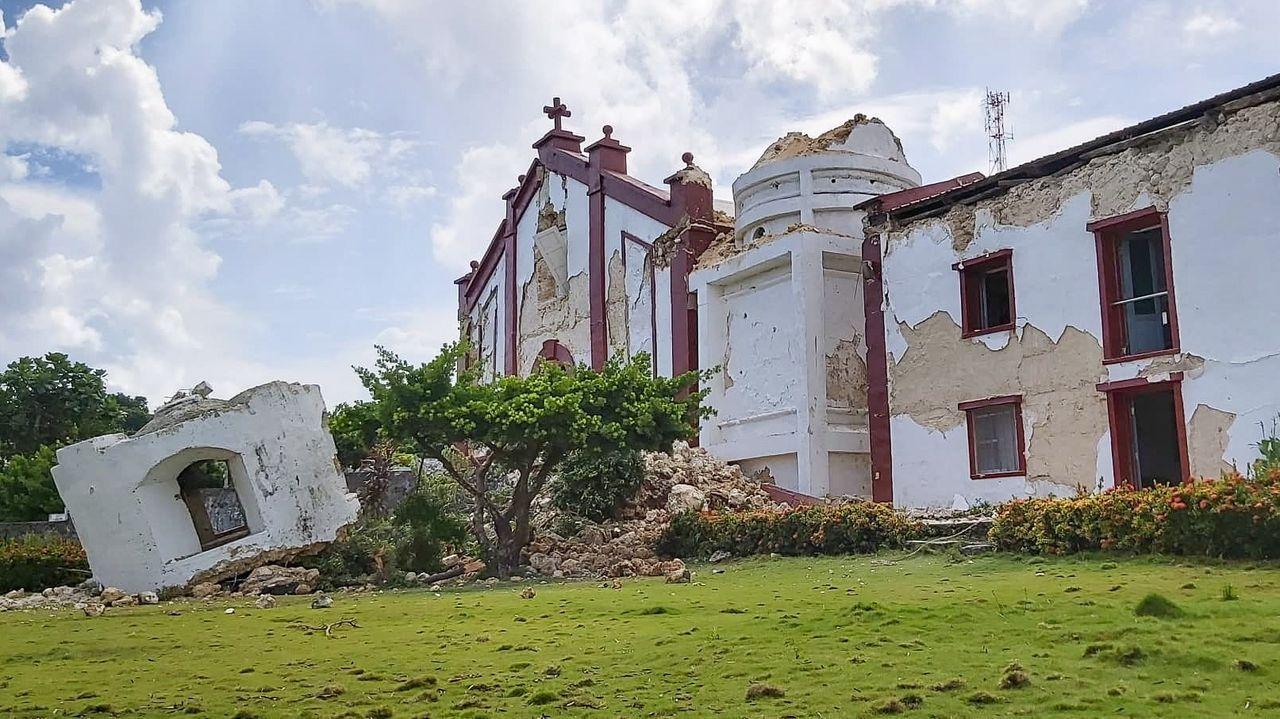 Pánico en Indonesia ante la alerta de tsunami tras un fuerte terremoto.Operarios comprueban el tendido electrico después del seismo en San Salvador
