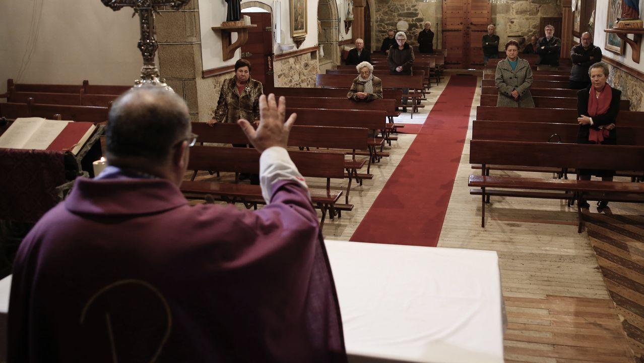 Fotografía de archivo de la iglesia de Lampón, en Boiro, donde se tomaron medidas a finales de marzo para evitar contagios