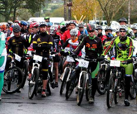 Los cicloturistas justo antes de comenzar el recorrido.