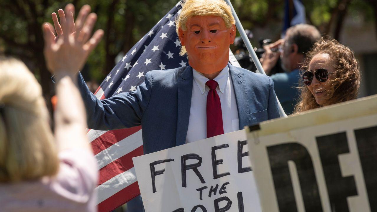 Manifestantes disfrazados en Texas polemizan sobre las decisiones de Trump, para unos escasas y para otros, excesivas