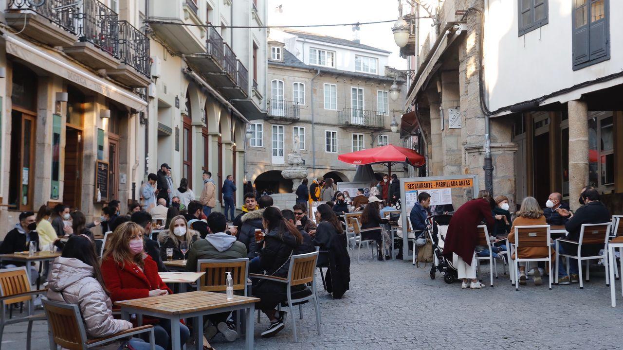 Ambiente en la calle de los vinos en la tarde de ayer