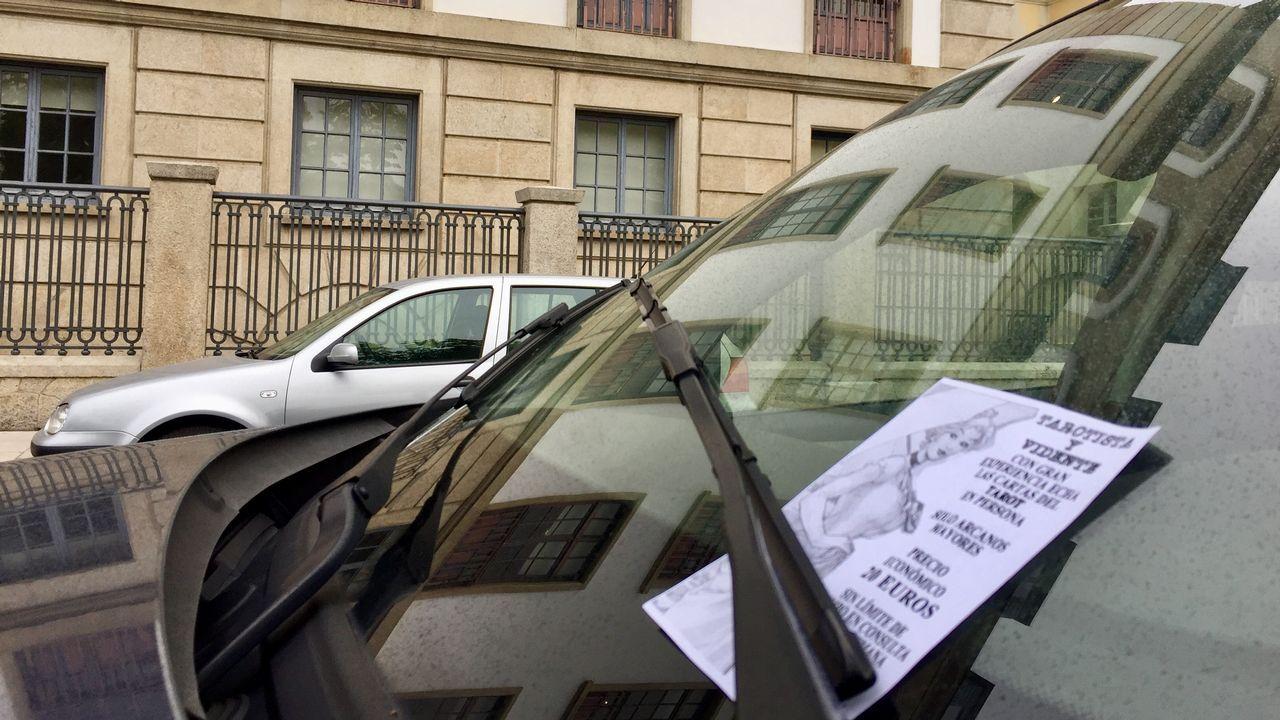 Agustín Iglesias Caunedo, en una junta local del PP de Oviedo.Algunos de los carteles colocados en los coches aparcados ante la Audiencia Provincial, que se investiga si fueron repartidos por la jueza de Vigilancia Penitenciaria