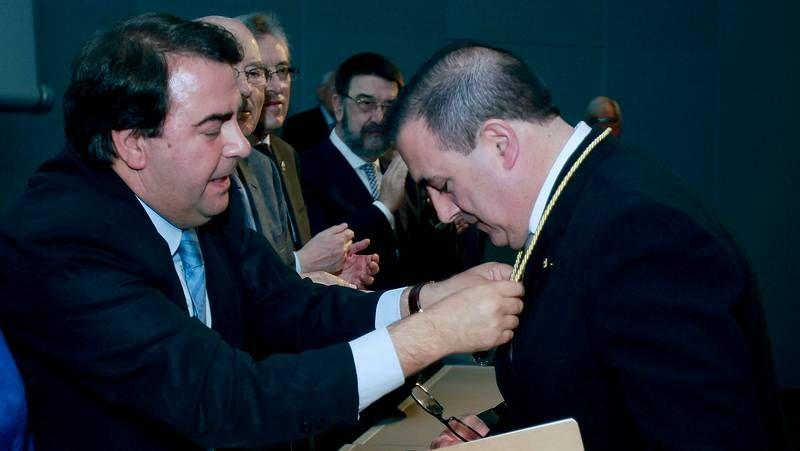 El doctor Pernas recogió la medalla del Colegio de Médicos de A Coruña de manos del alcalde, Carlos Negreira