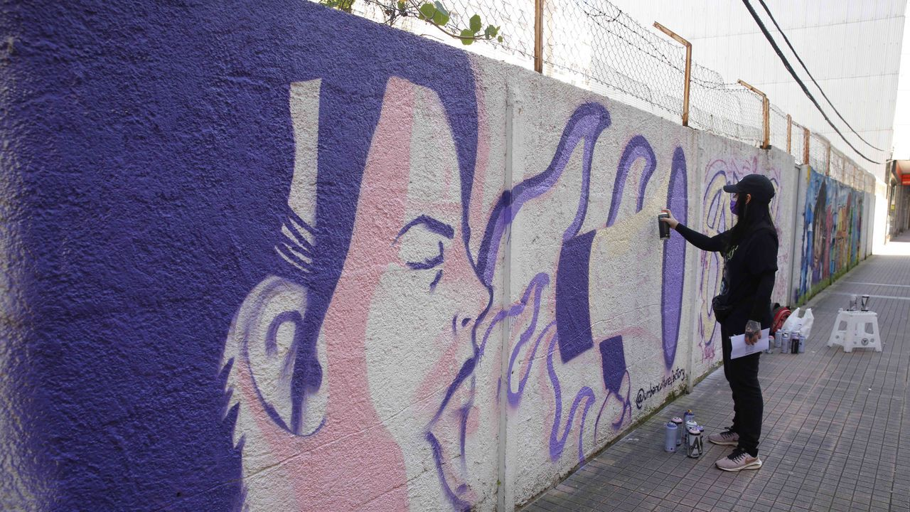 La artista urbana Sax pinta su grafiti reivindicativo en un muro de Cruz Gallástegui, en Pontevedra