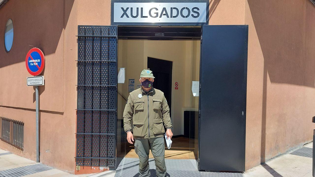 Lugares para visitar en Lugo en un día gris.L.L.C., a las puertas del juzgado de Vilalba tras acordarse la anulación del juicio