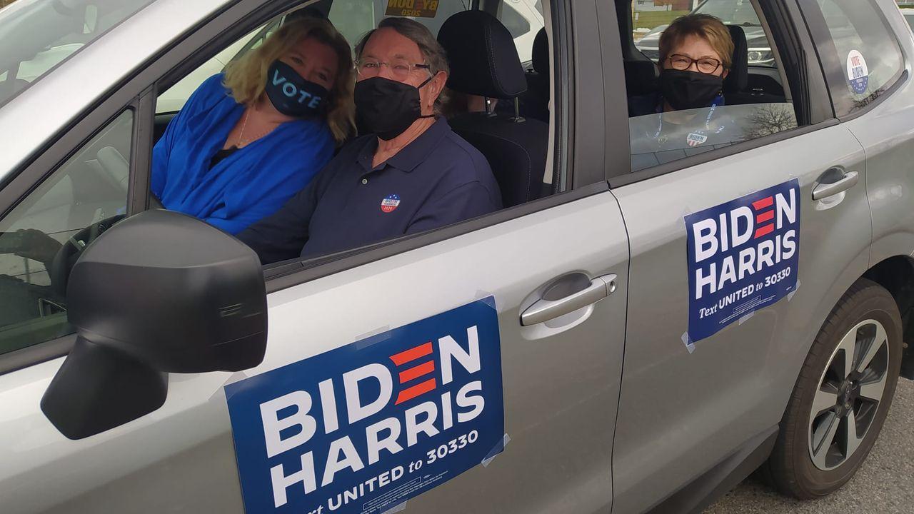 Una familia se dirige al automitin de Biden