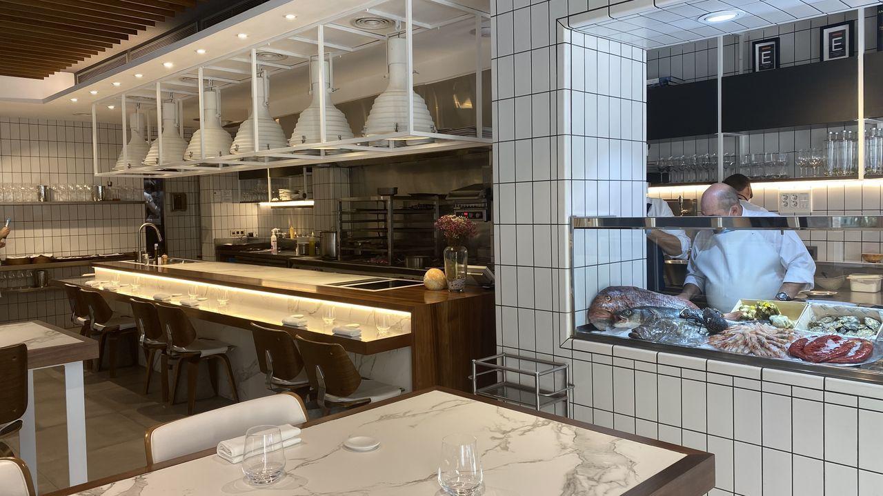 En un espacio que podríamos decir que es mitad restaurante, mitad pescadería, y donde podemos observar cómo nos preparan un bogavante de cuatro formas distintas: las pinzas en salpicón y en una tortilla, la cabeza a la brasa y el cuerpo frito.