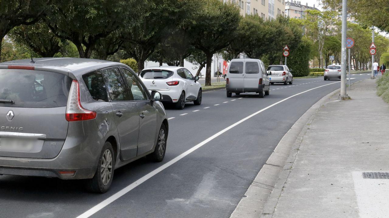 Buena parte de los coches circulan por el que será zona de aparcamiento