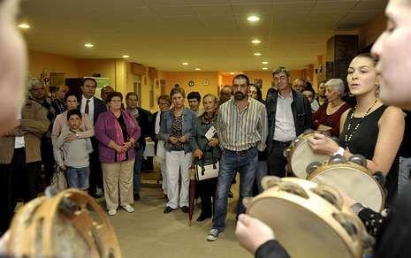 Las voces y los sones de las pandereteiras de Cercio animaron la velada en el centro social.