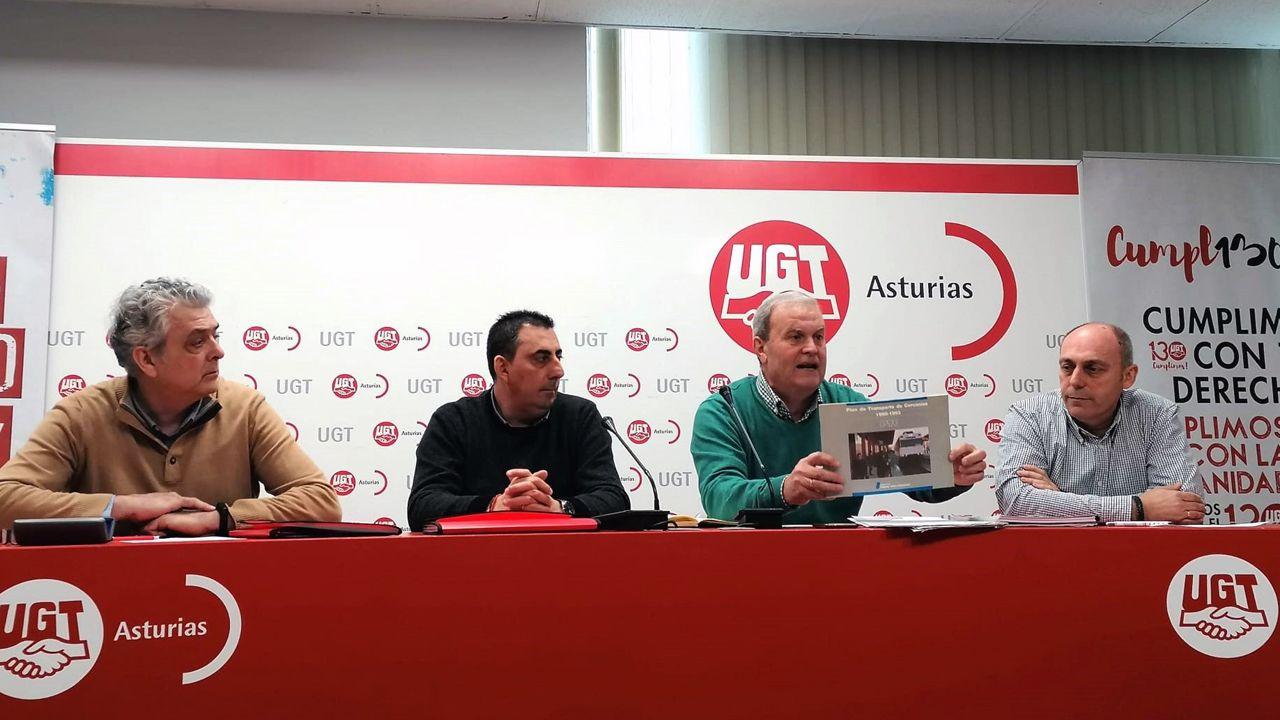 Luis Blanco, en el centro, con otros responsables de UGT, exigen que se ejecute de manera urgente el plan de las cercanías ferroviarias