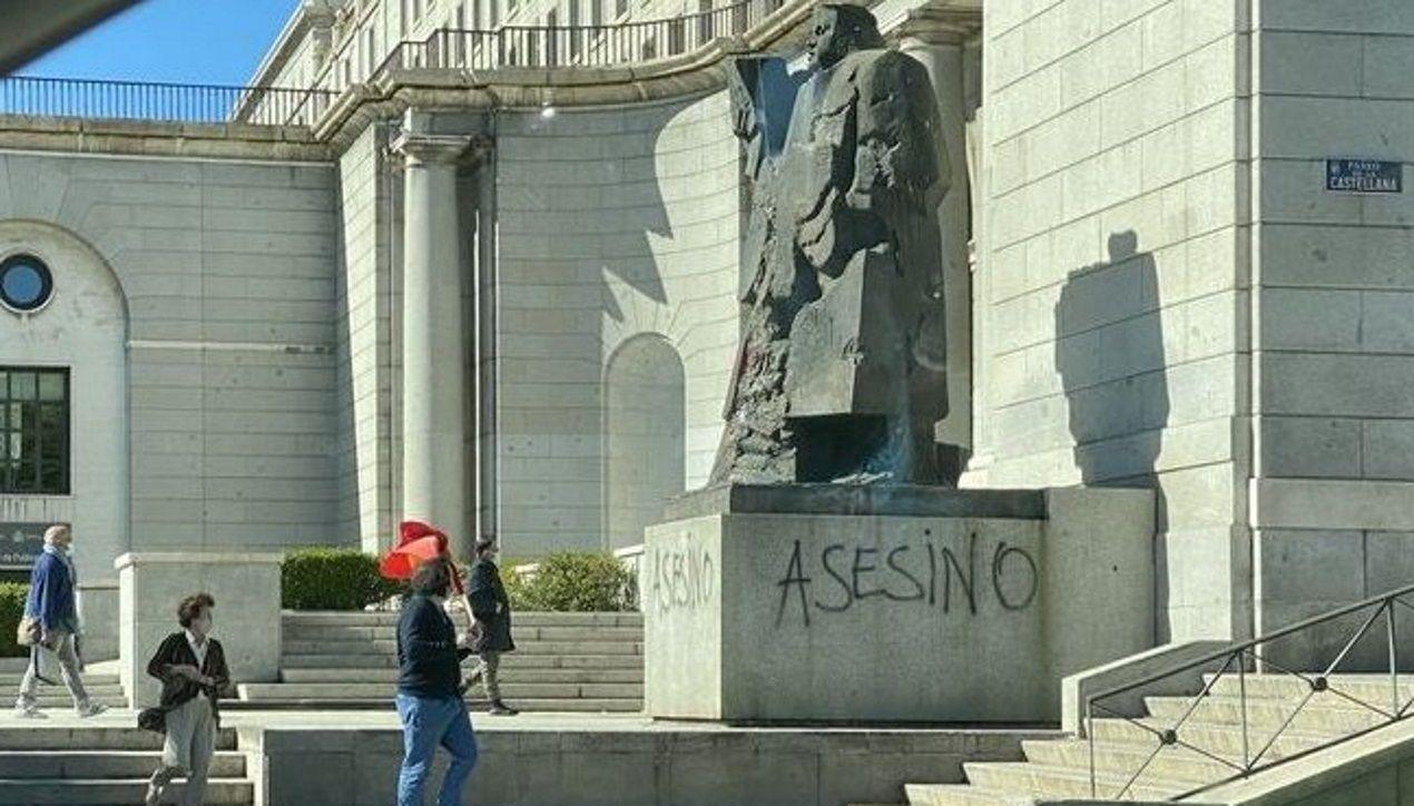 La estatua de Indalecio Prieto en los Nuevos Ministerios de Madrid amaneció con pintadas de «asesino»