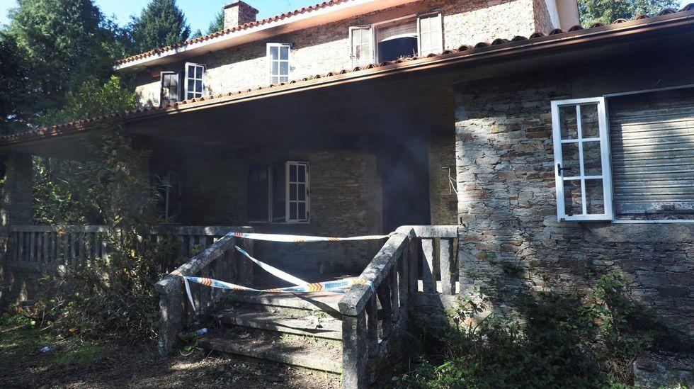 Estado actual de la pista y lugar de A Ramallosa, donde fue encontrada Asunta.Las ventanas del piso superior tienen marcas del fuego, que destruyó la planta baja