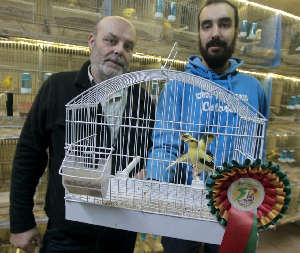 Rafael Prol y Robin Prol posan con los cuatro canarios que ganaron el campeonato del mundo.