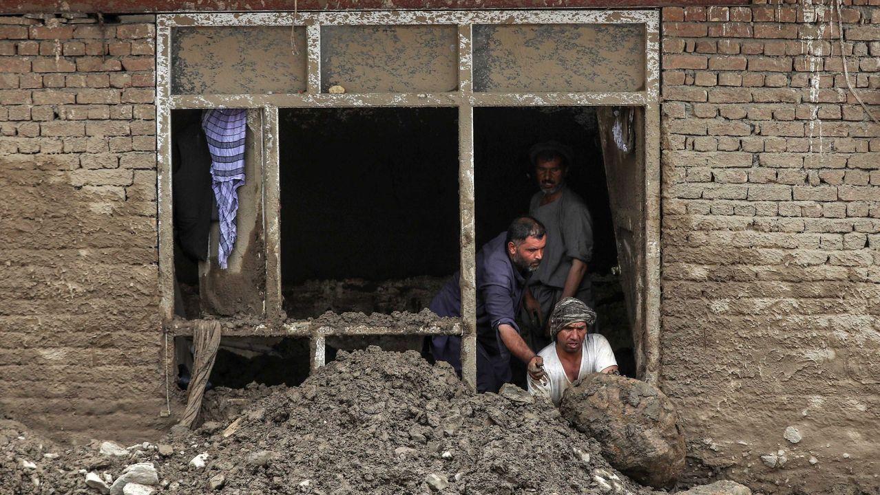 Zona en la que se va a actuar en A Ribeira.Una familia retira los escombros que la riada arrastró hasta el interior de su casa en Charikar, ciudad de la provincia de Parwan