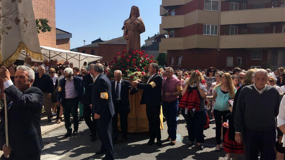 Multitudinaria procesión de santa Rita en O Barco.Nuria Cotarelo, de A Rúa, y su marido, Asier Martínez