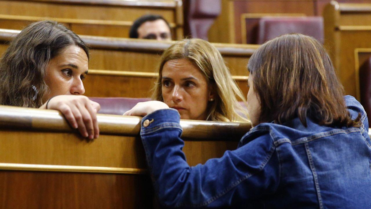Isidro Martínez Oblanca.Adriana Lastra conversa con las diputadas de Unidos Podemos Ione Belarra y Noelia Vera