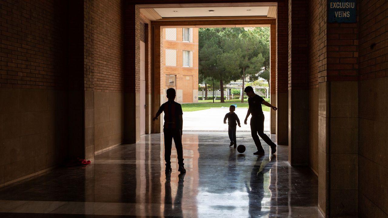En directo: comparecencia de los ministros Ábalos y Robles.Unos niños juegal al fútbol en una zona privada de una comunidad de vecinos en Barcelona