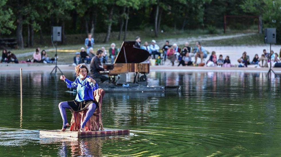 El piano flotante, una producción del grupo francés La Volière aux pianos.El piano flotante, una producción del grupo francés La Volière aux pianos