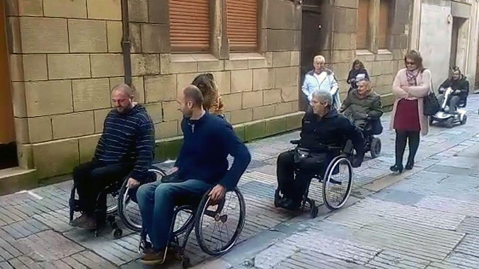 Avilesinos con discapacidad recorren el casco antiguo en silla de ruedas.Avilesinos con discapacidad recorren el casco antiguo en silla de ruedas