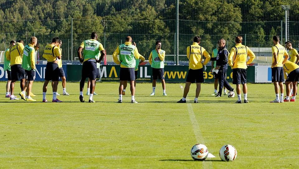 Un año de Tino en el Deportivo.Víctor Fernández charla con sus jugadores durante un entrenamiento