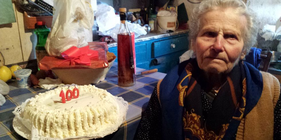 El Concello de Mañón obsequió a la centenaria con una tarta.