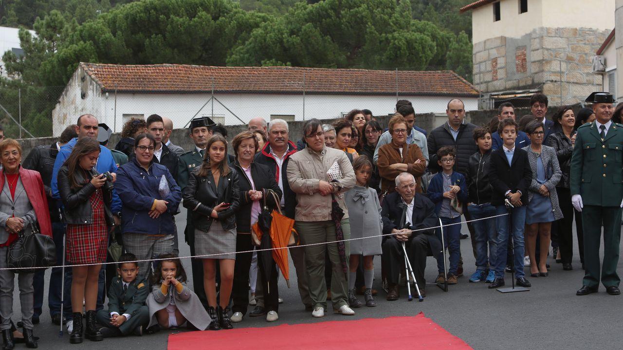 ACTO INSTITUCIONAL CASTRENSE DEL DÍA DEL PILAR.Familiares y público siguieron el acto en la comandancia de Santa Mariña pese al día gris y ventoso
