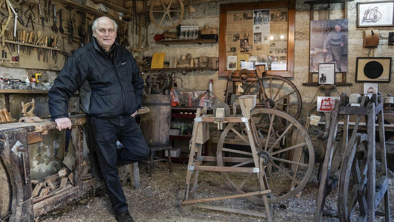 Luar na Lubre, en Fisterra.Leopoldo Rodríguez, en el antiguo taller de su padre en Loña do Monte