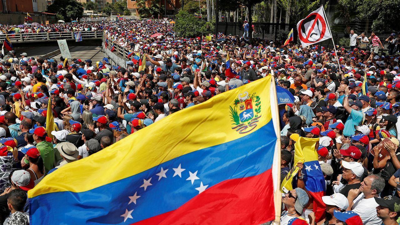 Ciudadanos venezolanos hacen fila para recibir una ración de comida en un comedor en Cúcuta (Colombia)