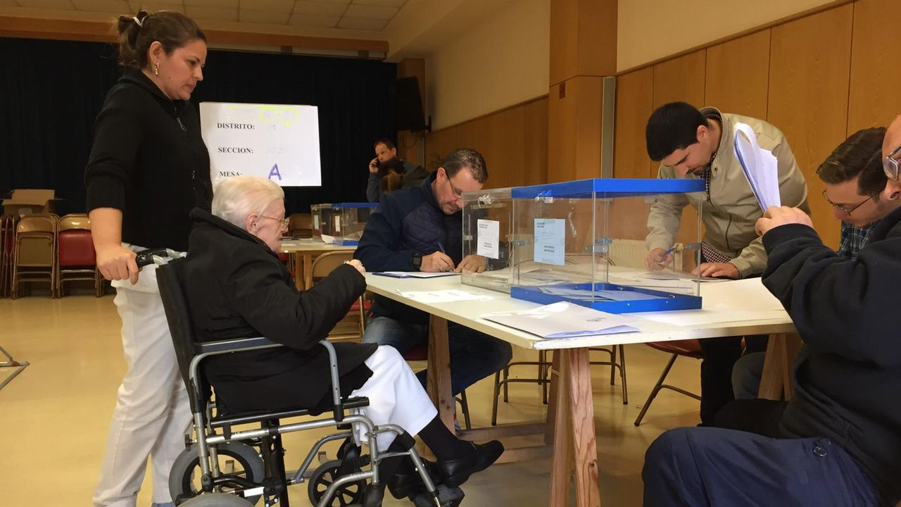 Los candidatos asturianos votan.El candidato por Marea de Vigo, Rubén Pérez