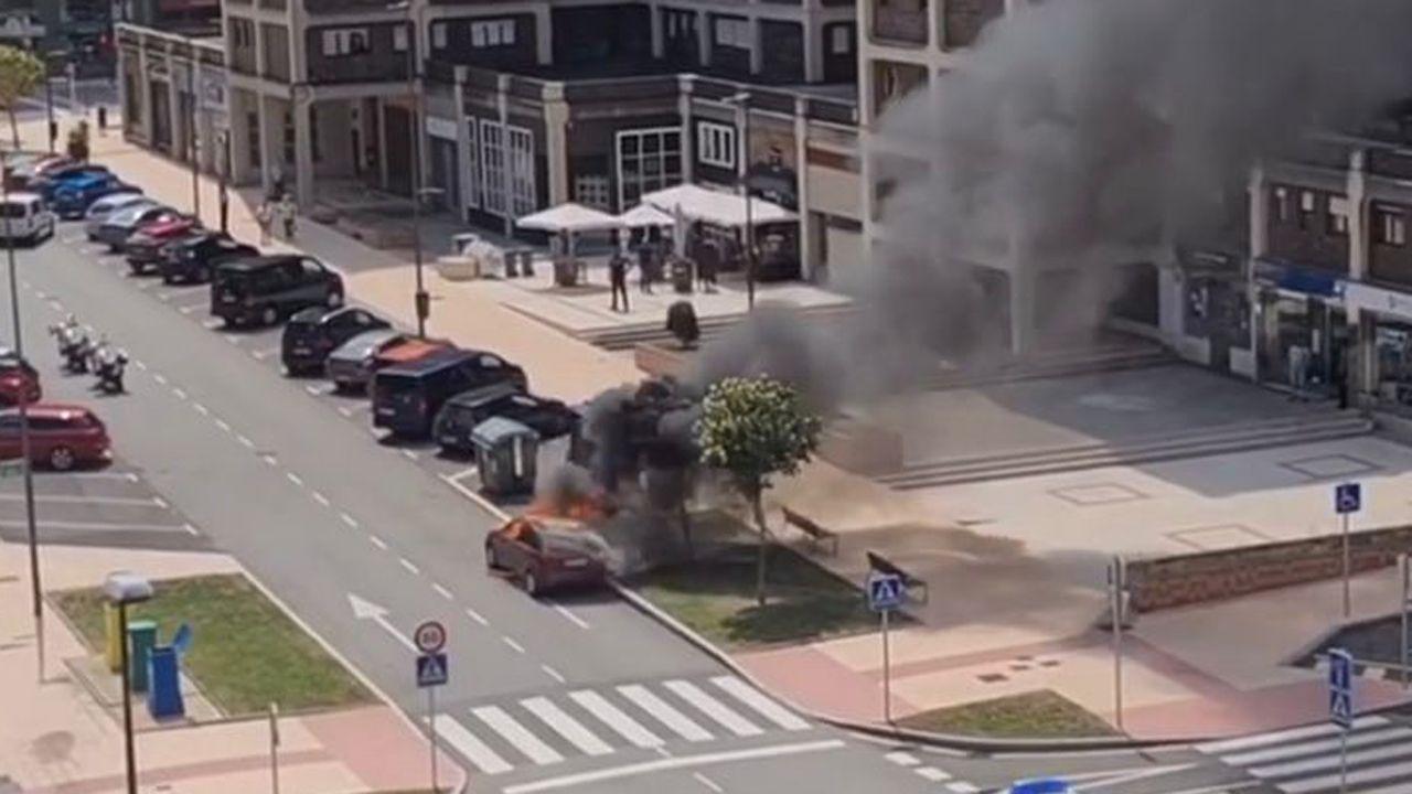 Ford Focus ardiendo en Avilés