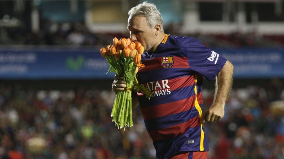 Gracias Johan.Hristo Stoichkov, con un ramo de flores en homenaje a Johan Cruyff.