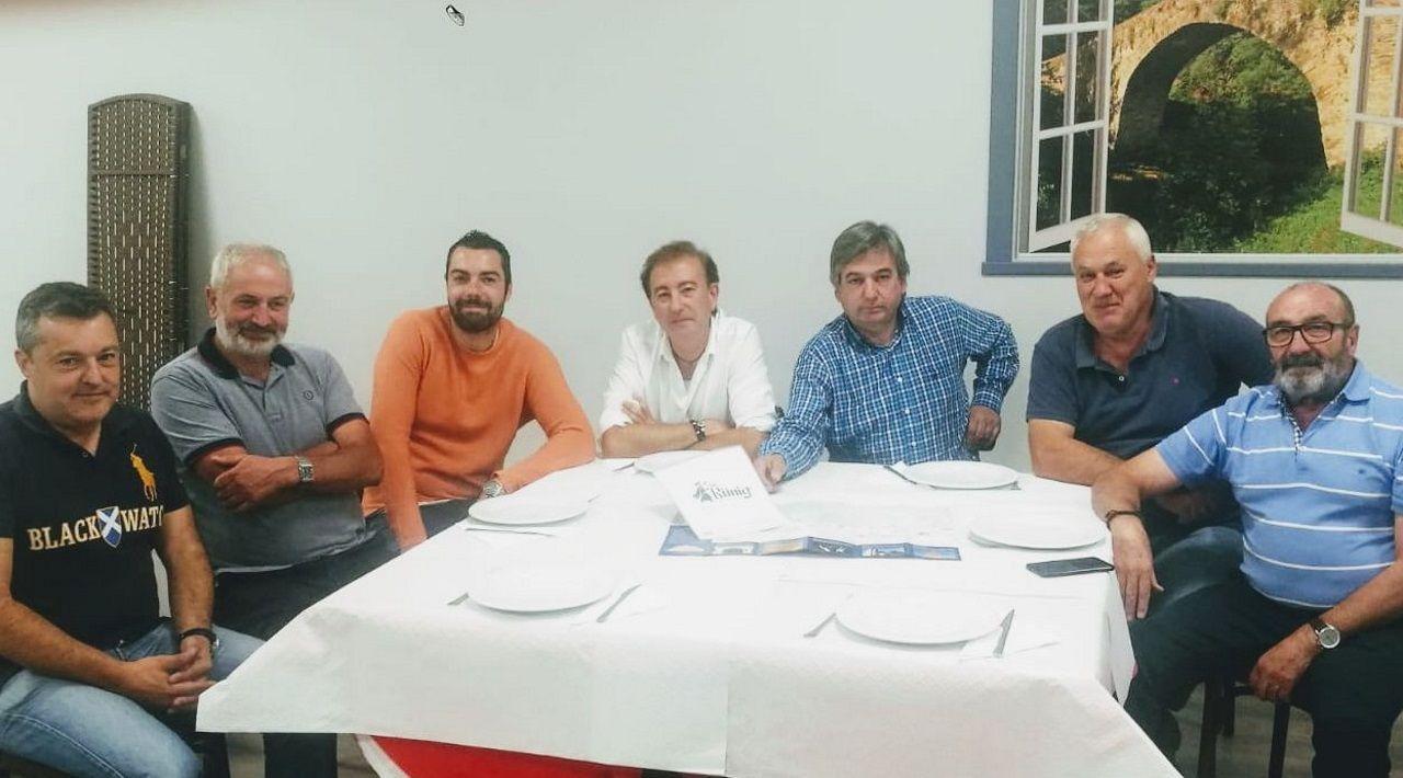 Diez propuestas para un baño de bosque en Galicia.De izquierda a derecha, Manuel Fernández, el párroco, don Manuel, Vicente Ángel Manuel Flores y Manuel Sánchez.