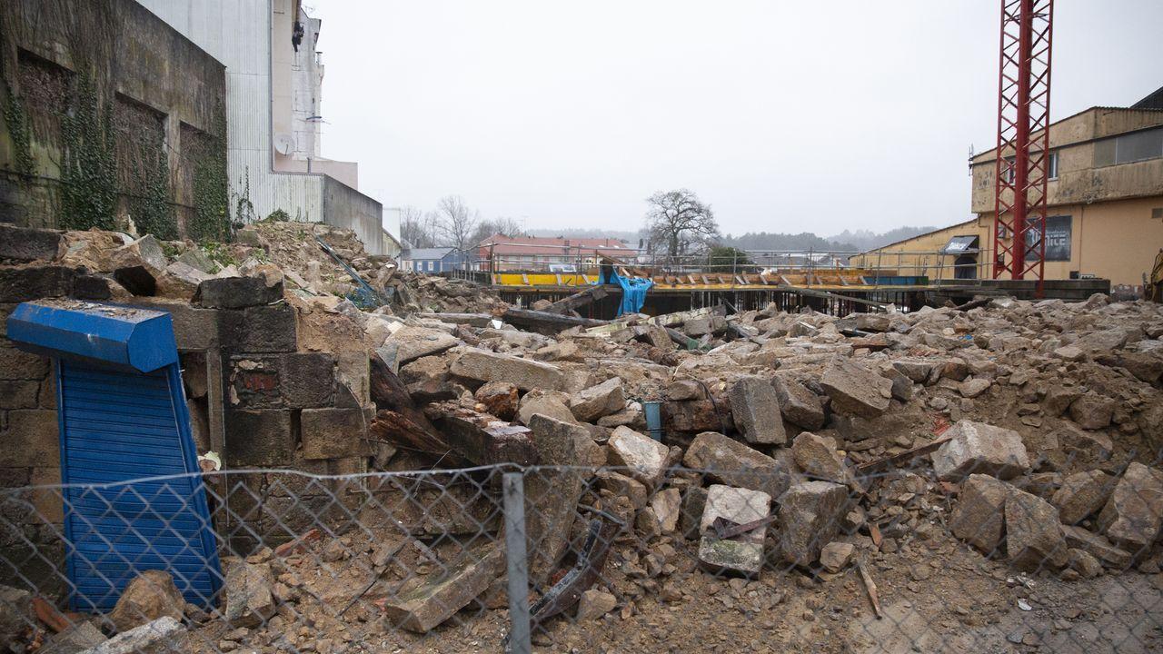 El derribo de la Casa da Botica, en imágenes.A la izquierda, parcela de la Casa da Botica, frente al consistorio