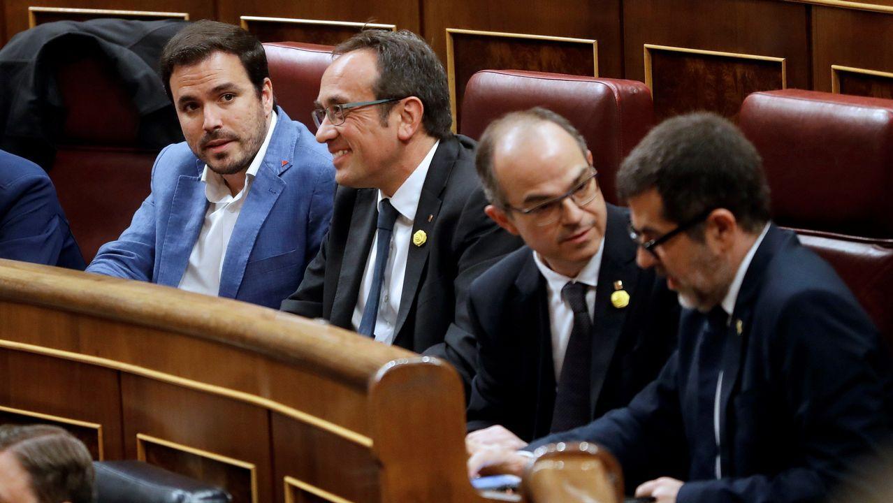 El himno de España se cuela en la ofrenda floral del Govern por la Diada.Los secesionistas Josep Rull, Jordi Turull y Jordi Sànchez, en el Congreso, junto a Alberto Garzón